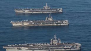 Ảnh minh họa : Các tàu sân bay USS Ronald Reagan (G), USS Theodore Roosevelt (71) và USS Nimitz thao diễn tại vùng Tây Thái Bình Dương, ngày 12/11/2017.