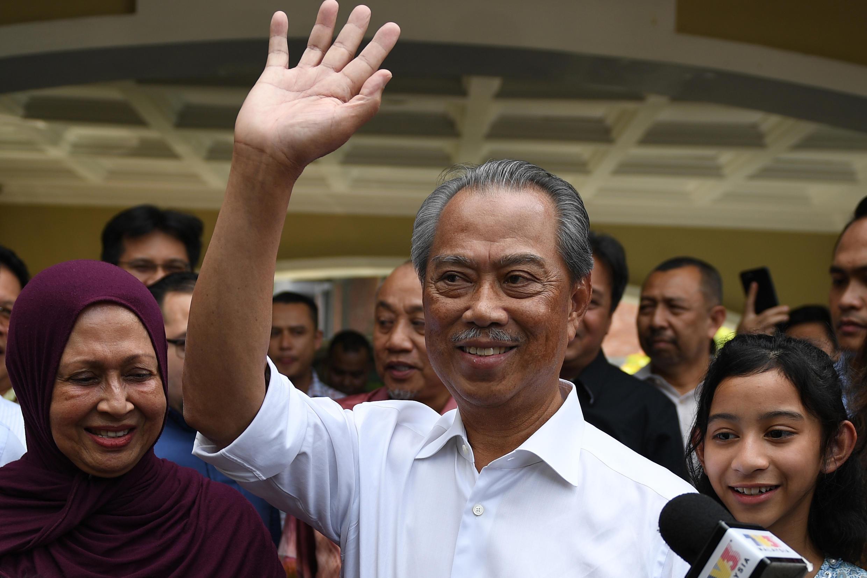Tân thủ tướng Malaysia Muhyiddin Yassitại chào báo giới trước cửa nhà riêng ở Kuala Lumpur, ngày 29/02/2020.