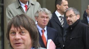 """Профсоюзные лидеры на выходе из Елисейского дворца после """"социального саммита"""" 10 мая 2010 года"""