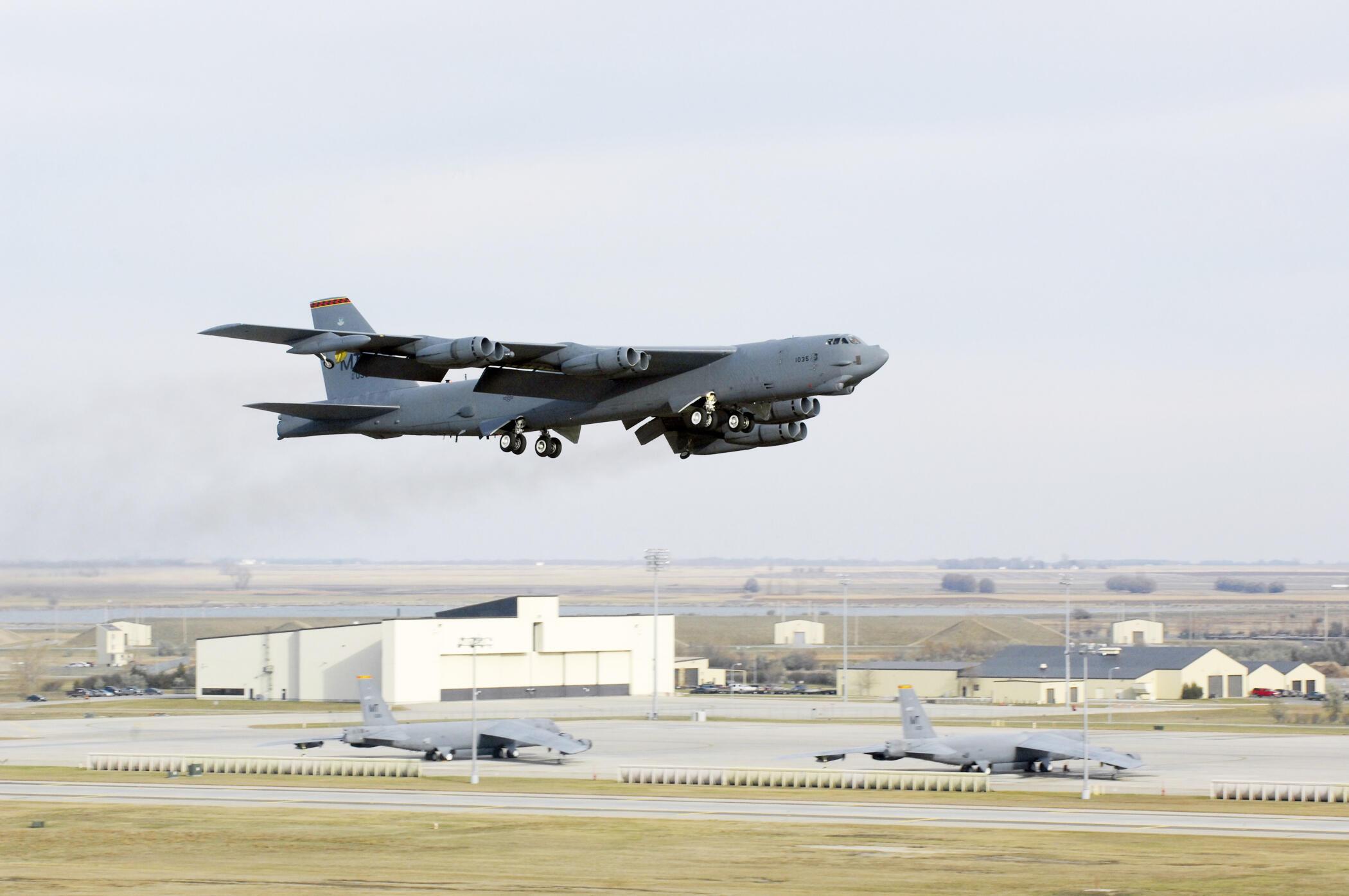 Máy bay B-52 của Mỹ đã hai lần bay vào phạm vi 12 hải lý quanh các đảo nhân tạo do Trung Quốc xây dựng ở Trường Sa