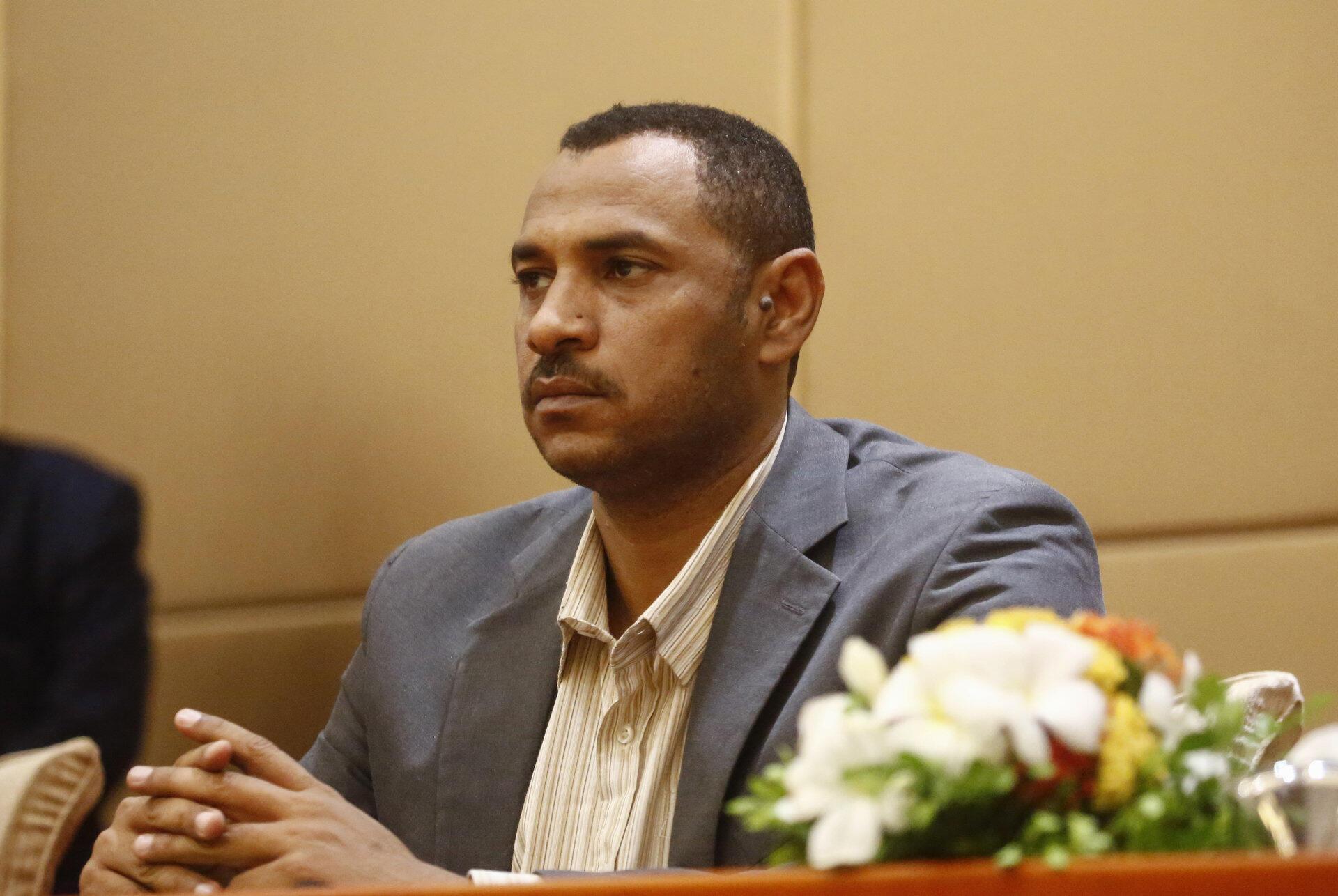 L'un des chefs de la contestation soudanaise, Ahmed Rabie, lors de la signature de la déclaration constitutionnelle avec les militaires, le 4 août 2019 à Karthoum.