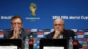 Sepp Blatter và  cánh tay phải của mình Jerome Valcke ( trái)  trong một cuộc họp báp 14/7/ 2014 tại Rio de Janeiro giưa Cúp thế giới Brazil.