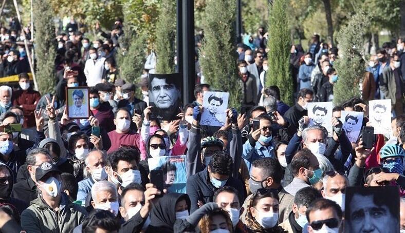 اجتماع مردم در بیرون از محوطه آرامگاه فردوسی - توس