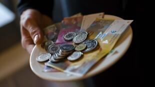 La mise en place d'un « revenu de base inconditionnel » sera soumis à une votation populaire en Suisse.