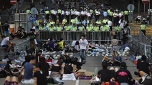 Yan sanda sun killace masu zanga zanga a kan titunan à Hong Kong  30 septamba  2014.