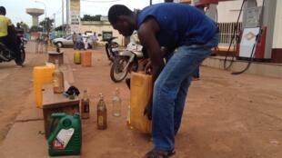 En raison de la pénurie d'essence provoquée par la crise politique au Burkina Faso, les vendeurs à la sauvette font fortune à Ouagadougou: les prix ont doublé portant à 1000 francs CFA le litre d'essence.