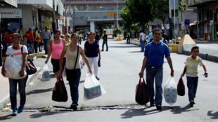 Milhares de venezuelanos cruzaram a fronteira com Colômbia em busca de alimentos.