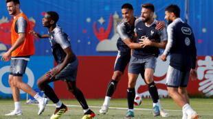 L'équipe de France dans son camp d'entraînement d'Isra, le 2 juillet 2018, où elle se prépare pour affronter l'Uruguay en quarts de finale.