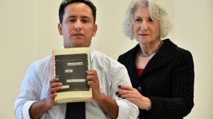 Le frère de Mohamedou Ould Slahi, Yahdih, pose avec le livre de son aîné au côté de l'avocate américaine Nancy Hollander. Des pages entières du récit ont été passées au feutre noir.
