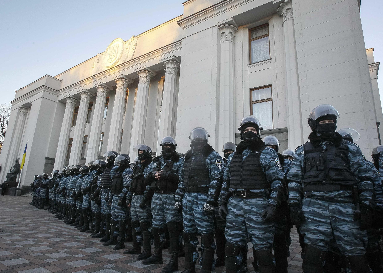 Cảnh sát bảo vệ tòa nhà Quốc hội Ukraina.