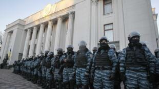 Les forces de police protègent le siège du Parlement ukrainien, à Kiev, entouré par les manifestants pro-européens.
