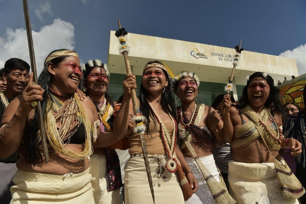 Des membres de la communauté Waorani fêtent la décision de la justice équatorienne en leur faveur contre un projet d'exploitation pétrolière dans leurs terres, à Puyo, le 26 avril 2019.