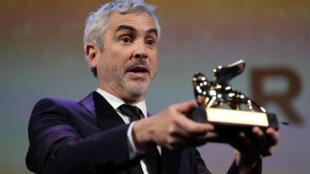 Đạo diễn Alfonso Cuaron với giải Sử Tử Vàng. Venise, ngày 08/09/2018.
