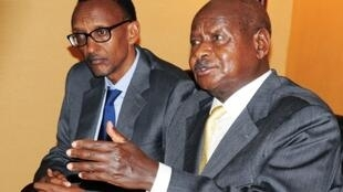 Rais wa Rwanda Paul Kagame (Kushoto) , rais wa Uganda Yoweri Museveni (Kulia)