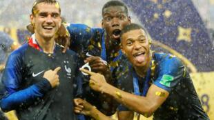 Antoine Griezmann, Paul Pogba et Kylian Mbappe festejan la segunda Copa del Mundo en el estadio de Luzhniki en Moscú.
