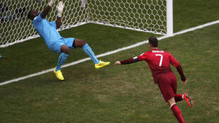 Mai tsaron gidan Ghana Fatau Dauda yana kokarin kabe kwallon Cristiano Ronaldo a gasar cin kofin duniya