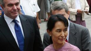 L'opposante birmane, Aung San Suu Kyi (d) accompagnée du secrétaire d'Etat adjoint pour l'Asie de l'Est, Kurt Campbell (g), à Rangoon, le 4 novembre 2009.