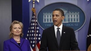 Barack Obama comenta el tratado de reducción de armas nucleares junto a Hillary Clinton, Casa Blanca Washington 26 de marzo de 2010