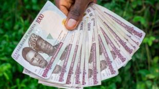 La monnaie nigériane, la naira.