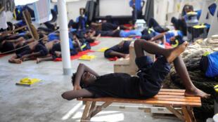 Migrantes descansam a bordo do Aquarius, a 12 de Agosto de 2018, após terem sido socorridos ao largo das costas da Líbia.