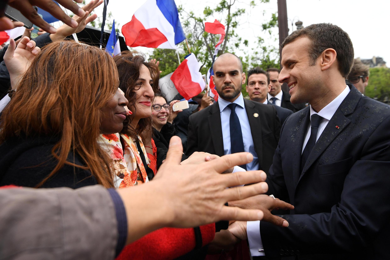 امانوئل ماکرون با مردمی که در کنار میدان شارل دوگل اجتماع کرده بودند گفتگو کرد.