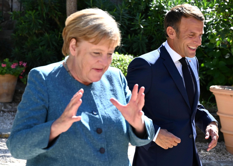 امانوئل ماکرون و آنگلا مرکل در اقامتگاه تابستانی رئیس جمهوری فرانسه در برهگانسون.