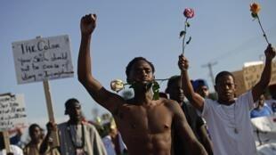 Manifestantes en las calles de Ferguson, 19 de agosto de 2014.