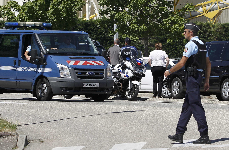26 июня 2015. Полиция у входа на газовый завод, подвергшийся нападению террористов.
