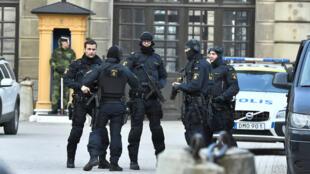 Policiais no centro de Estocolmo após atentado em 7 de abril de 2017
