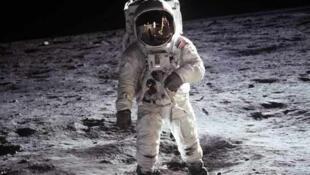 Buzz Aldrin đặt chân trên Mặt trăng bên cạnh module Eagle trong chuyến bay Apollo 11, ngày 21/07/1969.