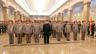 Le dirigeant nord-coréen Kim Jong-un s'est recueilli le 16 février au Palais du Soleil de Kumsusan, à Pyongyang, devant le cercueil de Kim Jong-il à l'occasion du 72e anniversaire de sa naissance.