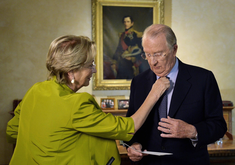 Hoàng hậu Paola chỉnh lại cravate cho Vua Albert II trước khi đọc diễn văn thông báo thoái vị ngày 3/7/2013.