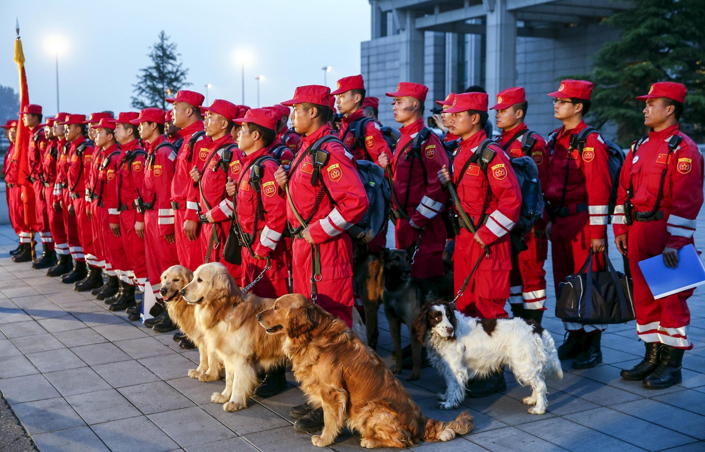 Nhóm cứu hộ Trung Quốc được chuẩn tới Katmandou ngày 26/04/2015.
