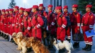 Une équipe de secours chinoise en attente de départ pour Katmandou, à l'aéroport de Pékin, le 26 avril 2015.