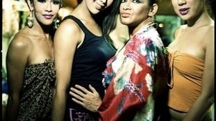 """Aux Philippines, les nombreuses transsexuelles sont en général cantonnées aux emplois de divertissement ou de beauté. Ces danseuses """"trans"""" se préparent en coulisses au spectacle du  Club Mwah."""