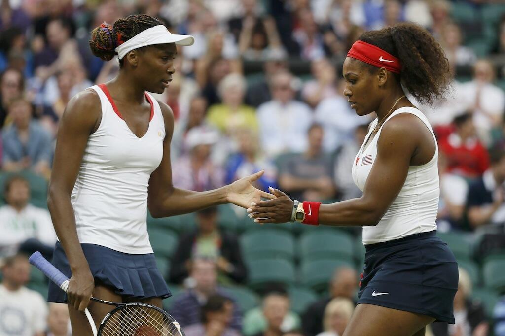 Venus Williams (Kushoto) akisalimiana na mdogo wake Serena Williams (Kulia) baada ya mechi muhimu
