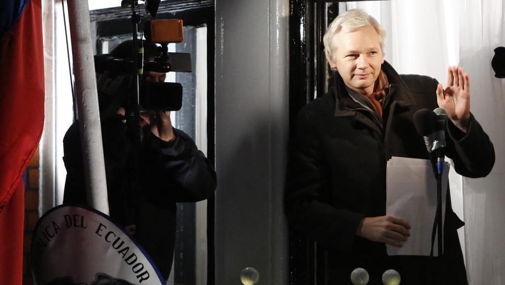 Julian Assange akiwa katika  Ubalozi wa Ecuador mjini London tarehe 20 Desemba mwaka 2012.