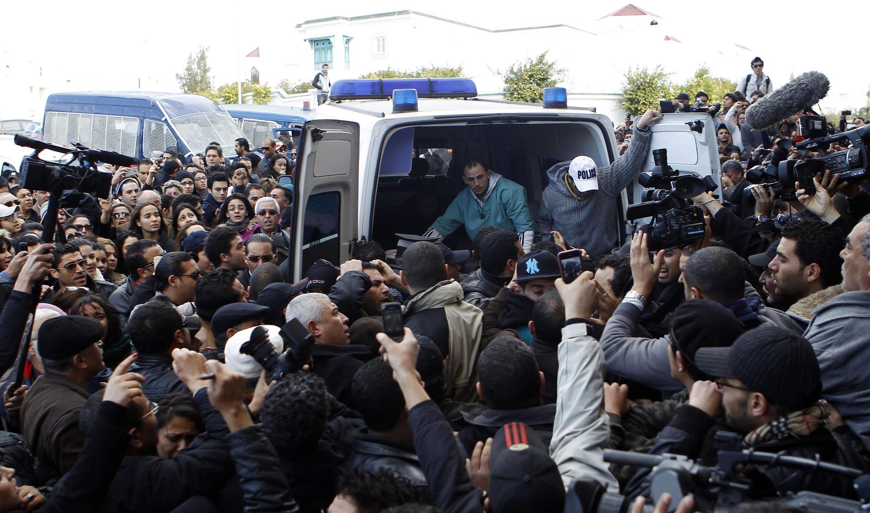 L'ambulance transportant le corps de Chokri Belaïd, opposant tunisien assassiné le 6 février 2013.