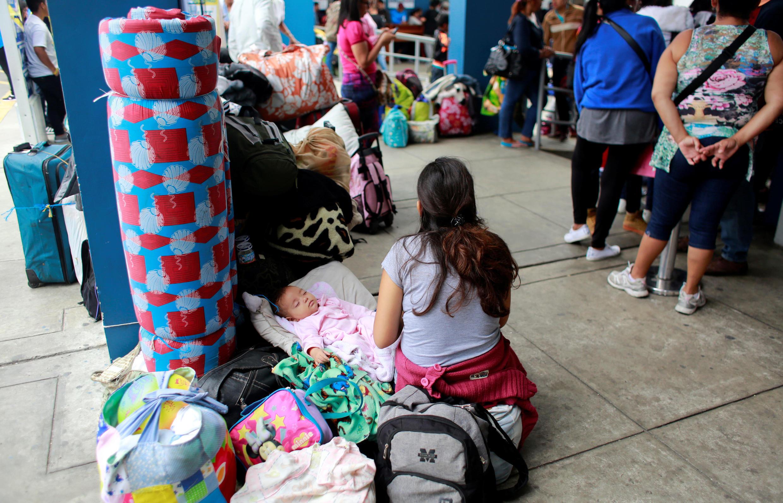 Refugiados venezuelanos com bagagens esperam para cruzar a fronteira entre o Peru e o Equador. Tumbes 24 de agosto de 2018.
