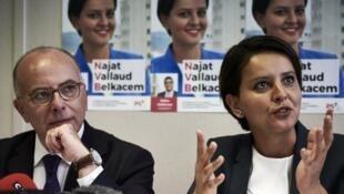 Malgré le soutien du ministre des Affaires étrangères Bernard Cazeneuve (à g.), l'ancienne ministre Najat Vallaud-Belkacem (à d.), ici en campagne le 29 mai 2017, est défaite dans sa circonscription, comme beaucoup de ténors socialistes.