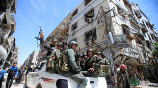 Des policiers syriens circulent à Douma, dans la région de Damas, le 16 avril 2018.