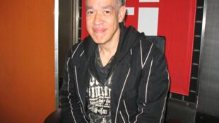 Andrés Serrano en RFI (foto de archivos del 5 de junio de 2007).