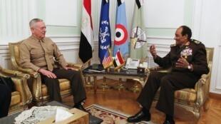 Le chef du Conseil suprême des forces armées, Hussein Tantawi en entretien avec le commandant américain James Mattis, au Caire, le 29 mars 2011.