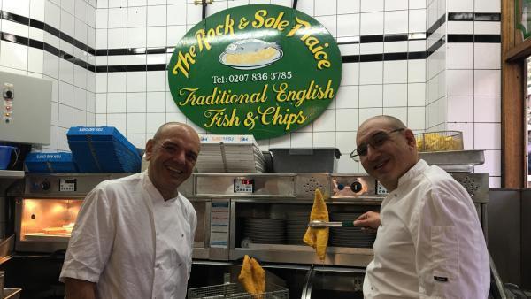 Ahmet et Ali Ziyaeddin, propriétaires du «Rock and Sole Plaice»—à Covent Garden dans le centre de Londres.
