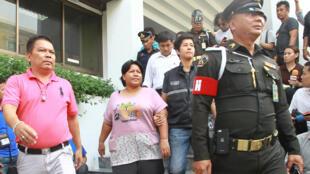 Bà Patnaree Chankij (G), mẹ của một nhà phản kháng chính quyền quân sự, rời tòa án quân sự tại Bangkok, ngày 08/05/2016.