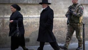 Un soldat français patrouille près d'une école juive de Paris, le 12 janvier 2015, trois jours après la série d'attentats qui a frappé la capitale, qui a fait 17 morts dont quatre juifs.