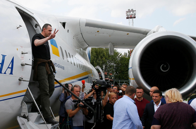 Режиссер Олег Сенцов выходит из самолета в аэропорту Борисполь