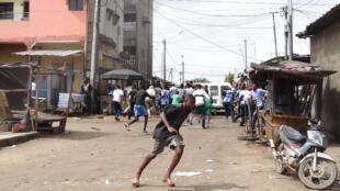 Des manifestants se dispersent et fuient après une manifestation dans le quartier de Cocody contre un possible troisième mandat d'Alassane Ouattara à Abidjan le 19 octobre 2020.