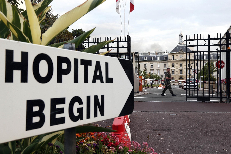 Fachada do hospital militar Bégin em Saint-Mandé, na região parisiense, onde esteve confinada a voluntária francesa do MSF contaminada pelo Ebola.