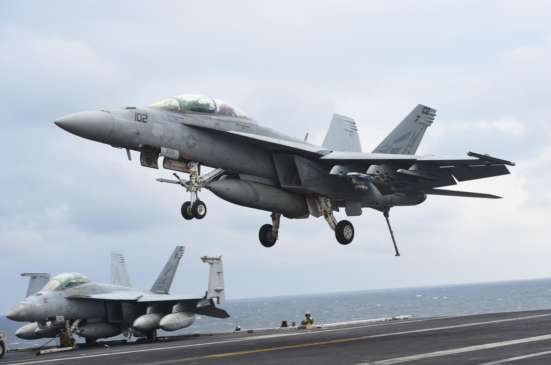 Chiến đấu cơ F/A-18F Super Hornet hạ cánh trên hàng không mẫu hạm  USS Carl Vinson trong cuộc tập trân chung  Mỹ-Hàn ở phía đông bán đảo. Ảnh chụp ngày 14/03/2017.